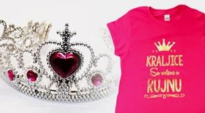 """Sve smo mi kraljice! Drage naše, poklonite nekom tko Vam je iznimno drag ili jednostavno počastite sebe prekrasnom roza majicom sa natpisom """"Kraljice su rođene u.."""" uz preslatku tijaru već od 79kn!"""