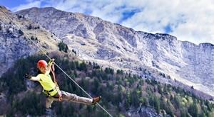 [SLOVENIJA] Atrakcija za sve one koje žude za adrenalinom – spust po 5 čeličnih užadi ZIP LINE u Bovcu, za samo 334 kn/osobi! Spust je dug 3 km, letite 200 m iznad tla i to brzinom i do 60 km/h!