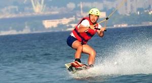 Uvijek ste gledali surfere kako lete i rade trikove na moru, a nikad niste imali priliku za to? Pridruži se ekipi Cable Park Split i uz instruktora napravi svoje prve metre na vodi za samo 119 kn/h!